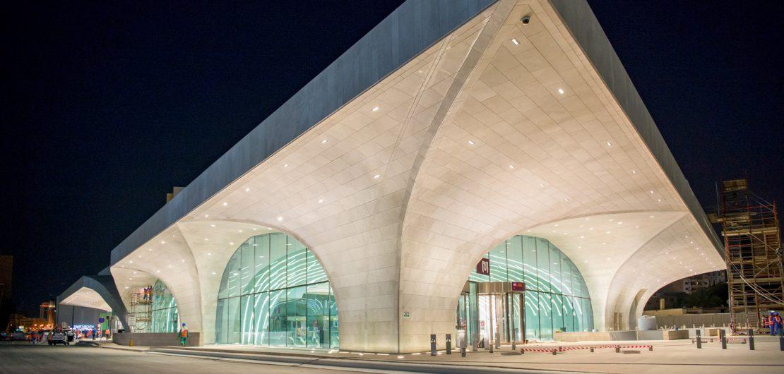 In der neuen U-Bahn in Doha trifft traditionelles symbolisches Design auf modernes Lichtdesign und Technik von der Regent Beleuchtungskörper AG aus der Schweiz.