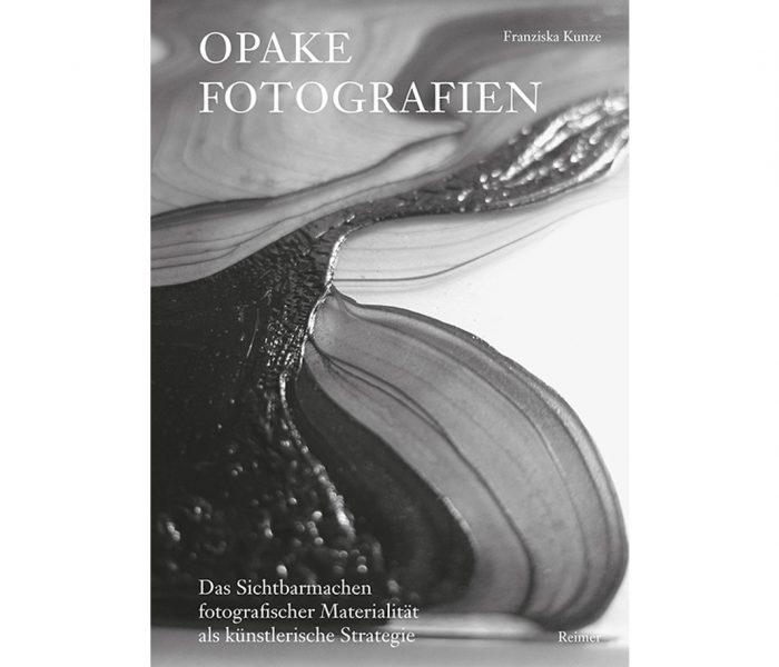 Opake Fotografien stellen das Sichtbarmachen der physischen und chemischen Beschaffenheit des fotografischen Materials in den Mittelpunkt der künstlerischen Auseinandersetzung. In ihrem neuen Buch widmet sich Franziska Kunze der Geschichte dieser Bildform.