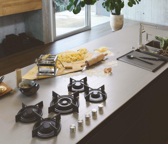 Edelstahl ist in Profiküchen aus gutem Grund Standard. Mit PureSteel-Arbeitsplatten von Franke kommt man nun auch daheim in den Genuss sämtlicher Vorteile.