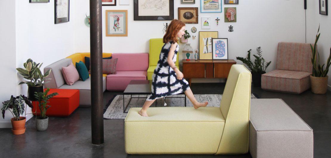 Das farbenfrohe modulare Sofasystem Cubit lädt Kinder regelrecht zum Spielen ein. Zum Glück ist es so widerstandsfähig, dass Eltern sich entspannt zurücklehnen können.