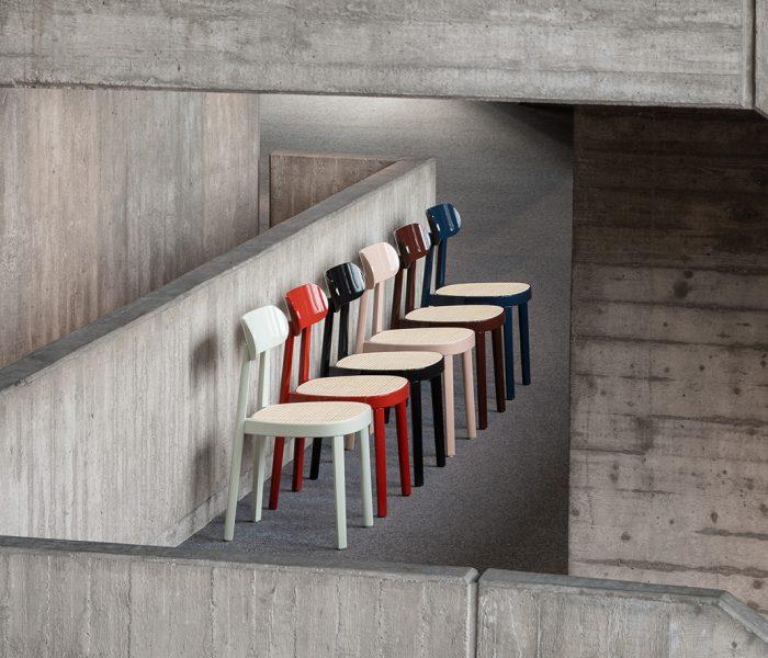 Sechs farbintensive High-Gloss-Varianten verleihen Thonets Offenbacher Stuhl – dem Modell 118 – seit Kurzem eine luxuriöse Optik.