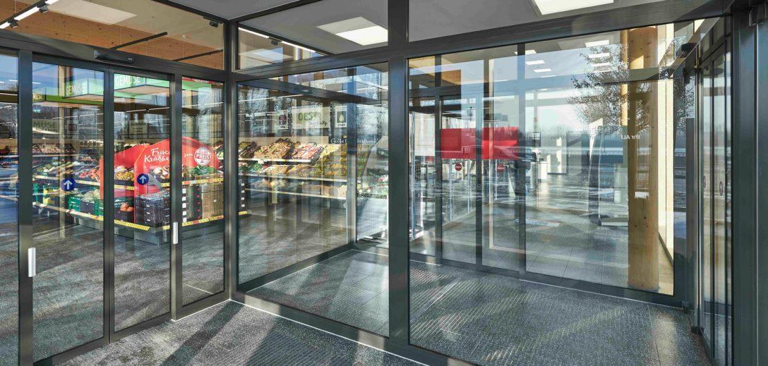 Leicht und elegant ist das neue, leistungsstarke automatische Schiebetürsystem ECdrive T2 von GEZE. Es wird besonderen architektonischen Ansprüchen gerecht.