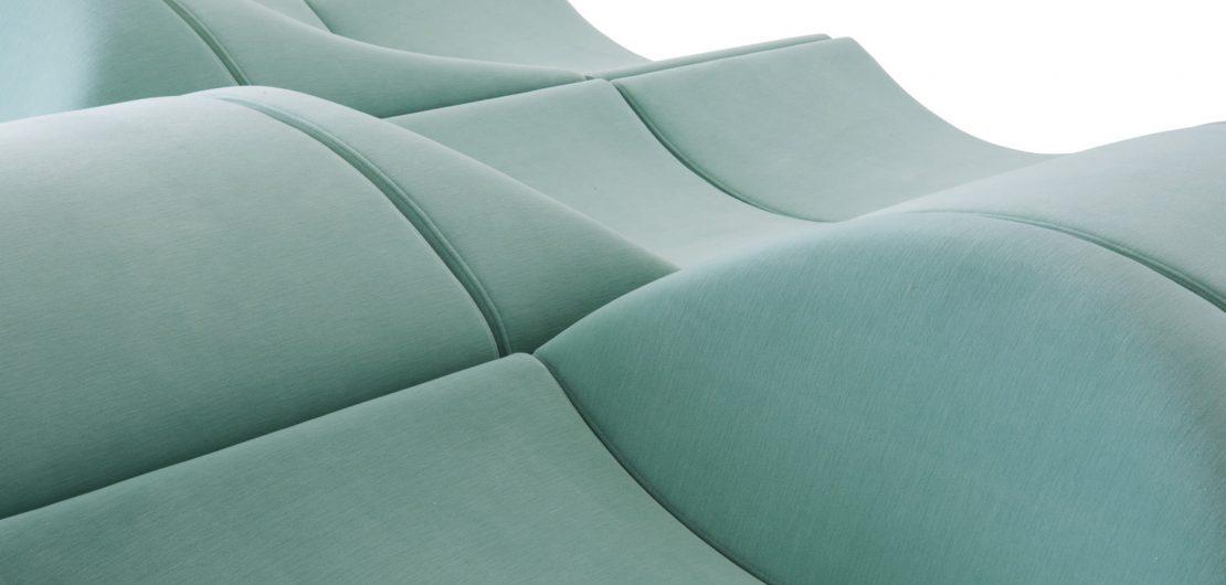 Bei Ligne Roset ruht man sich im Jubiläumsjahr nicht aus. Ohnehin lässt es sich auf den Neuheiten gewiss viel angenehmer Platz nehmen als auf Lorbeeren. Im Bild: Detail des modularen Sofaprogramms Asmara.
