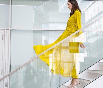 Das Jahr 2020 erfordert unkonventionelles Denken. Bei Marc Cain entschied man sich erstmals für eine digitale Fashion Show als Modenschauen-Ersatz. Das Bild zeigt ein Model im Headquarter von Marc Cain.