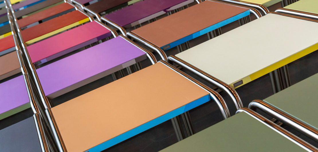 Eine von Jay Gard kreierte Edition von Marcel Breuers Stahlrohrhocker B 9 sorgt im neuen Museum der Stiftung Bauhaus Dessau für ein wahres Farbspektakel.