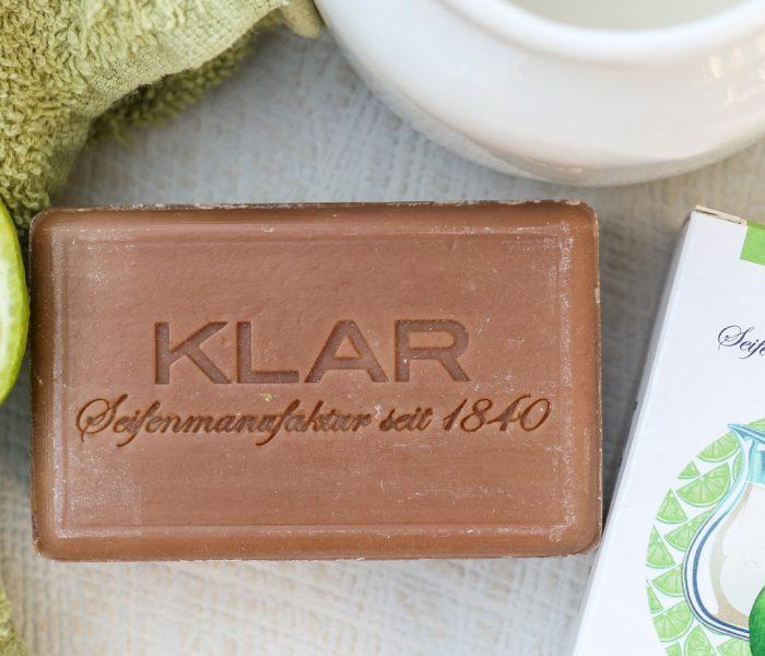 Während Kosmetikkonzerne nach wie vor arglose Verbraucher mit ihren Produkten Flüsse und Meere vergiften lassen, sind Klar Seifen aus Tradition sauber.