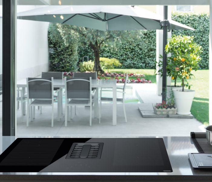 Mit der Maris 2gether präsentiert Küchenspezialist Franke eine besonders durchdachte Kombination aus Induktionskochfeld und Power-Kochfeldabzug.