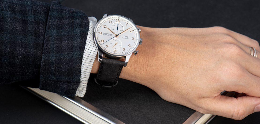Obwohl hauptsächlich aus Zellulose hergestellt, sind die neuen TimberTex-Uhrenarmbänder von IWC eine robuste und sogar wasserfeste Alternative zu Leder.