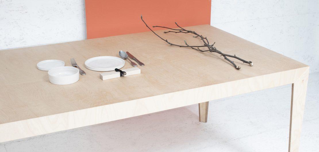 Möbel der Südtiroler Marke Das ganze Leben verstehen sich tatsächlich als lebenslange robuste Begleiter, handwerklich perfekt gemacht und so schlicht, dass sie niemals langweilig werden. Im Bild: Holztisch MARTA – als Ess-, Küchen- oder Arbeitstisch gleichermaßen gut einsetzbar.