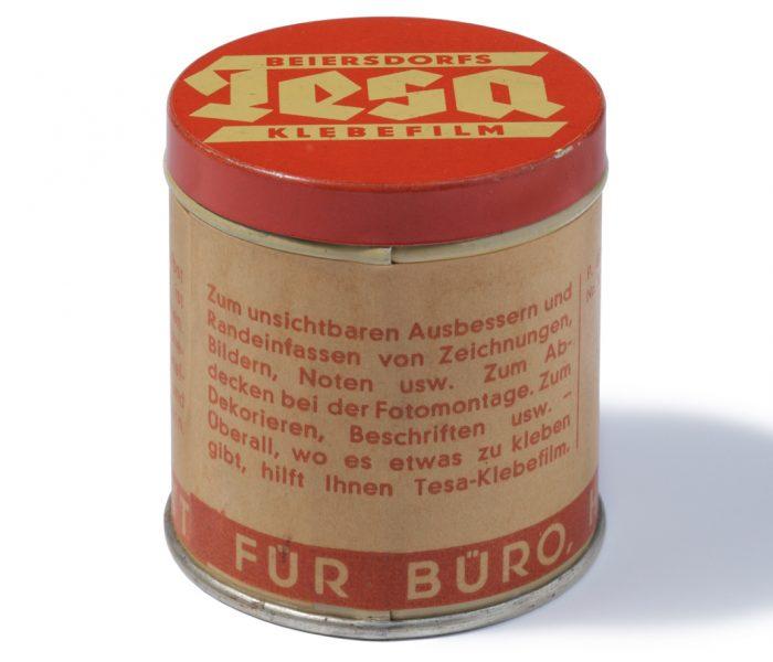 Tesa ist eine der größten Erfolgsgeschichten der deutschen Wirtschaftsgeschichte. Mit der bisher produzierten Menge ließe sich die Erde 1250 Mal umwickeln.