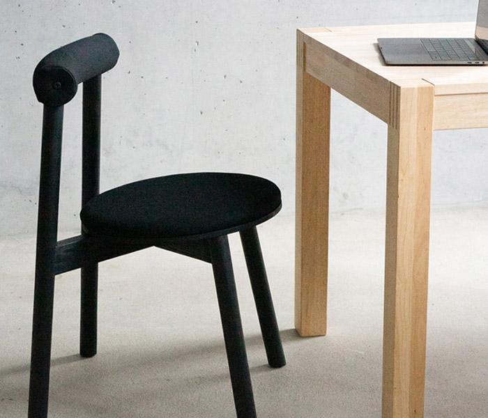 Moritz Walter und der Homeoffice-Stuhl Turn, das Ergebnis seiner Bachelorarbeit an der Münster School of Design (MSD).