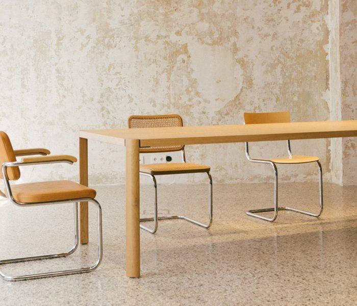 Der Orientierung am Brückenbau verdankt der Thonet 1140 seine scheinbar schwebende Tischplatte. Optisch spannend und zugleich nützlich.