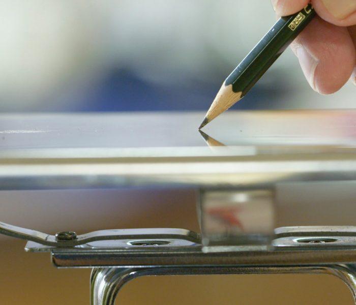 Es war ein weiter Weg von den frühesten Bleistiften der Antike bis zum modernen Bleistift, der eigentlich Graphit enthält. Wir zeichnen ihn nach. Im Bild zu sehen ein Modell aus dem Hause Faber-Castell – der Castell 9000 bei der Qualitätskontrolle. © Faber-Castell
