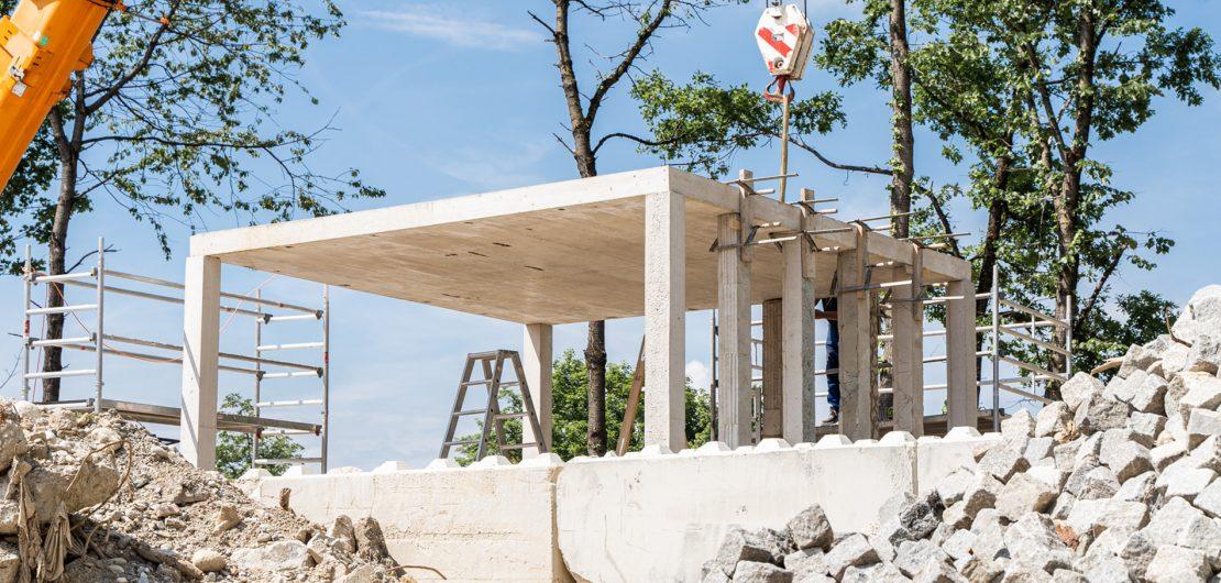 Zukunftsmodell Betonrecycling: Unser Titelbild zeigt den durch Studierende der Hochschule München errichteten Pavillon aus Recyclingbeton auf dem Gelände der Münchener Bayernkaserne (Foto: Johanna Weber)