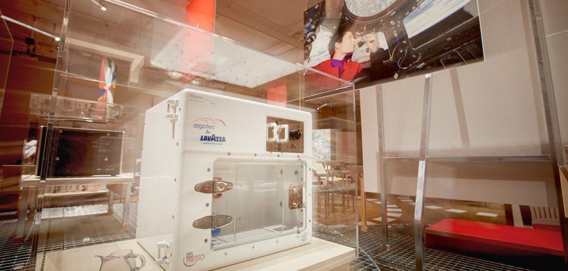 Kaffeegenuss im All – das ist wegen der Schwerelosigkeit kompliziert. Die für die ISS entwickelte Lavazza ISSpresso ist jetzt in einer Ausstellung zu sehen.