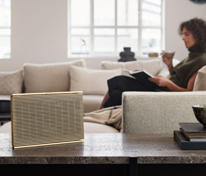 Der nach Cradle-to-Cradle-Standard 4.0 zertifizierte Wi-Fi-Lautsprecher Beosound Level verbindet kompromisslose Klangqualität mit langlebiger Handwerkskunst. Hier im Bild die Variante mit Abdeckung aus Holz.