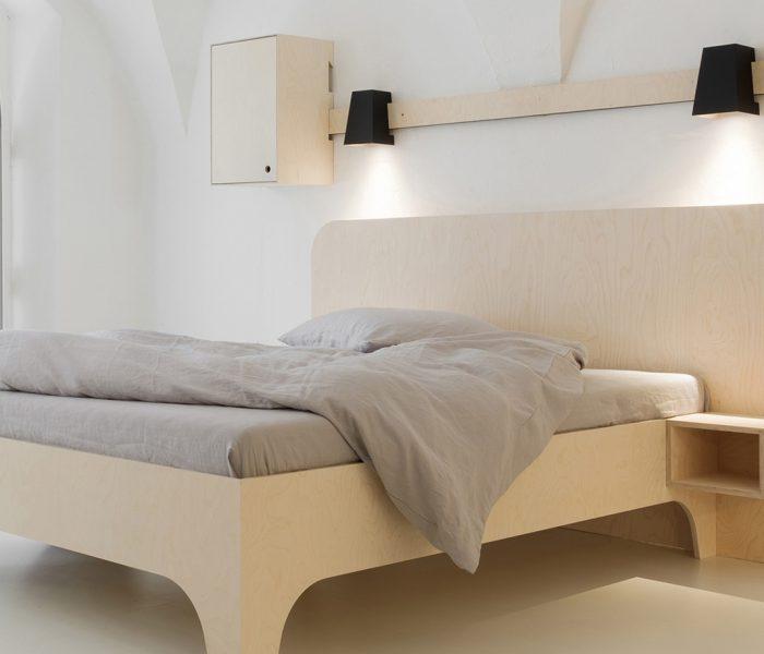 VALENTIN und VALENTINA, die zwei betont schlichten Betten-Neuheiten des Südtiroler Herstellers Das ganze Leben (im Bild: VALENTINA), eignen sich perfekt für eine gegenüber der heutigen Reiz- und Informationsflut abgekapselte Oase der Entspannung.