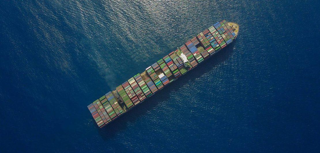 Containerschiff aus der Luft betrachtet: Symbolbild zum RGBMAG-Editorial Gottes Werk und Verbrauchers Beitrag.