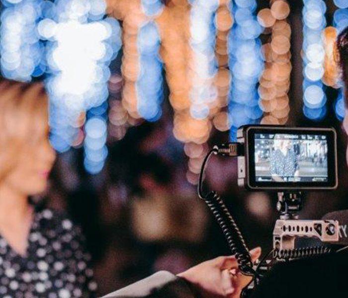 Online-Events lassen sich ebenso monetarisieren wie klassische analoge Events – wenn man versteht, worauf es bei der Migration in die digitale Welt ankommt. Das Foto zeigt einen Kameramann, der gezielt Dynamik in ein Online-Event bringt.